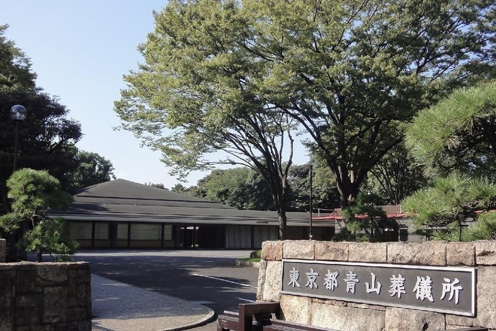 青山葬儀所「東京の一等地」著名人のお別れの会でも有名な公営式場とは?