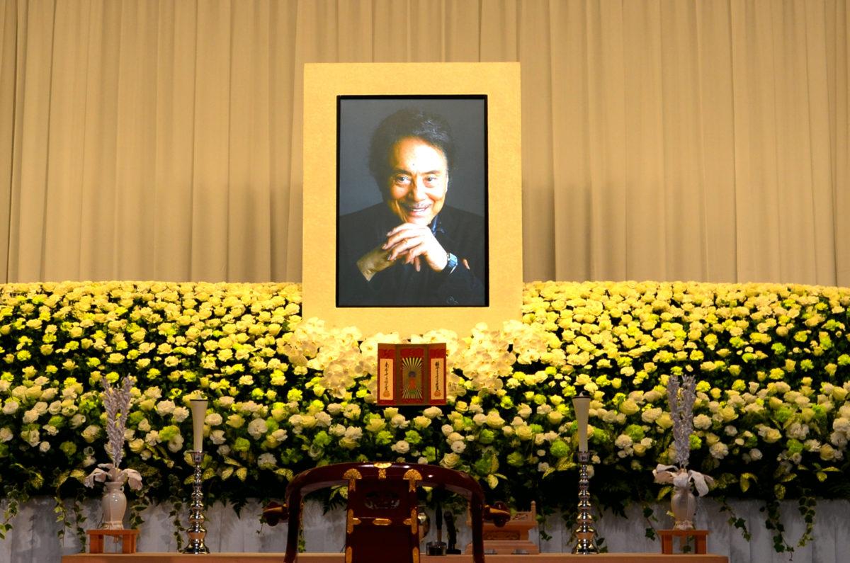 平幹二朗さんのお通夜。10月27日、東京・青山葬儀所で