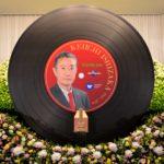 音楽ディレクター石坂敬一さんお別れの会。祭壇は巨大なレコード