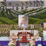船村徹さん告別式。故郷・栃木の風景を象った祭壇と不滅の昭和歌謡に包まれて