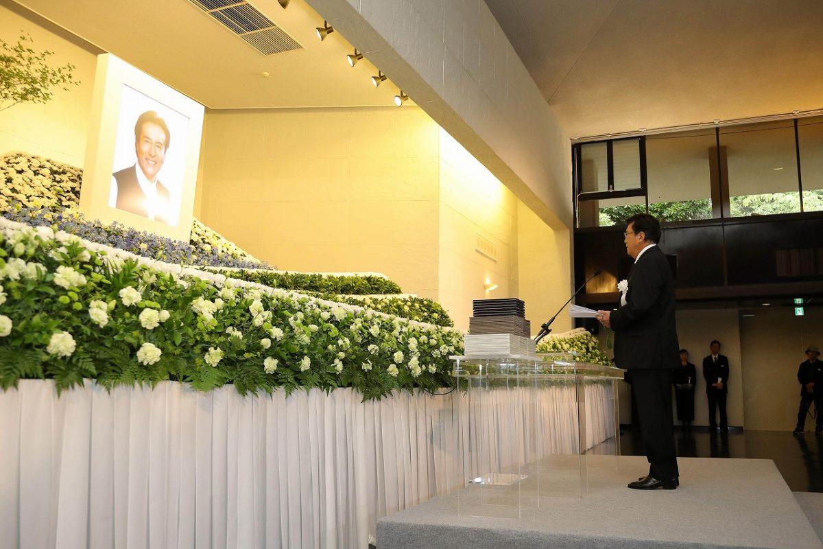加藤剛さんお別れの会、東京・青山葬儀所で。祭壇は天国のふるさとでお芝居をする姿を表現