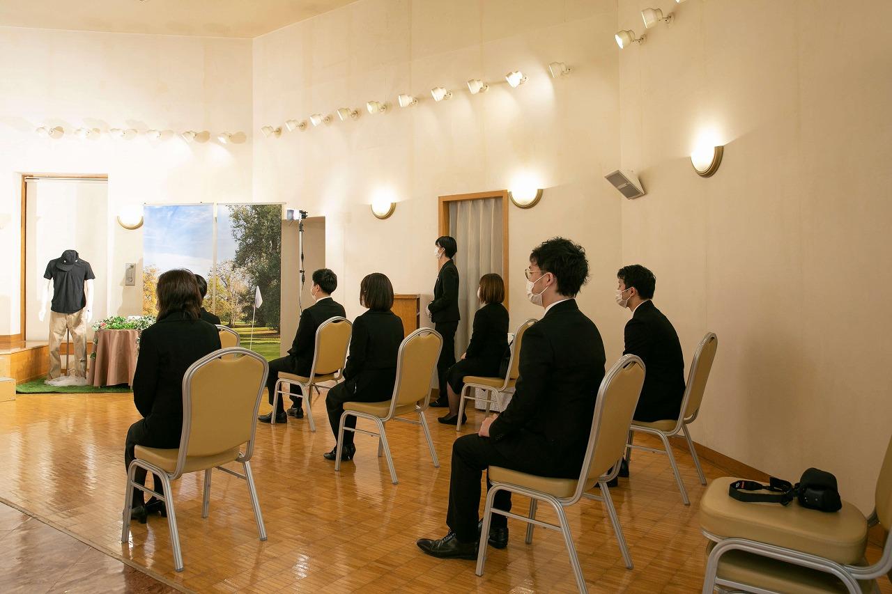 コロナ禍における葬儀スタイルのイメージ画像。参列者のマスクを必須に、座席の間隔を広く取るなどの工夫がなされている