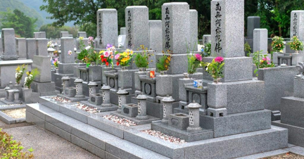 お彼岸にはお墓参りをするのが一般的と言われています。これは仏教の思想に基づいています。