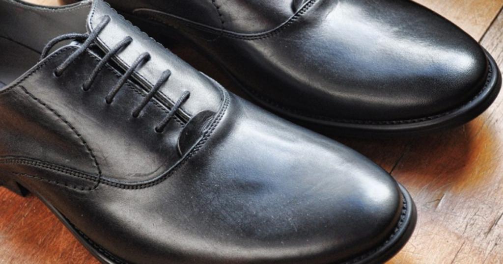 葬儀の際の男性の靴は、黒色で金具のないものが基本です。