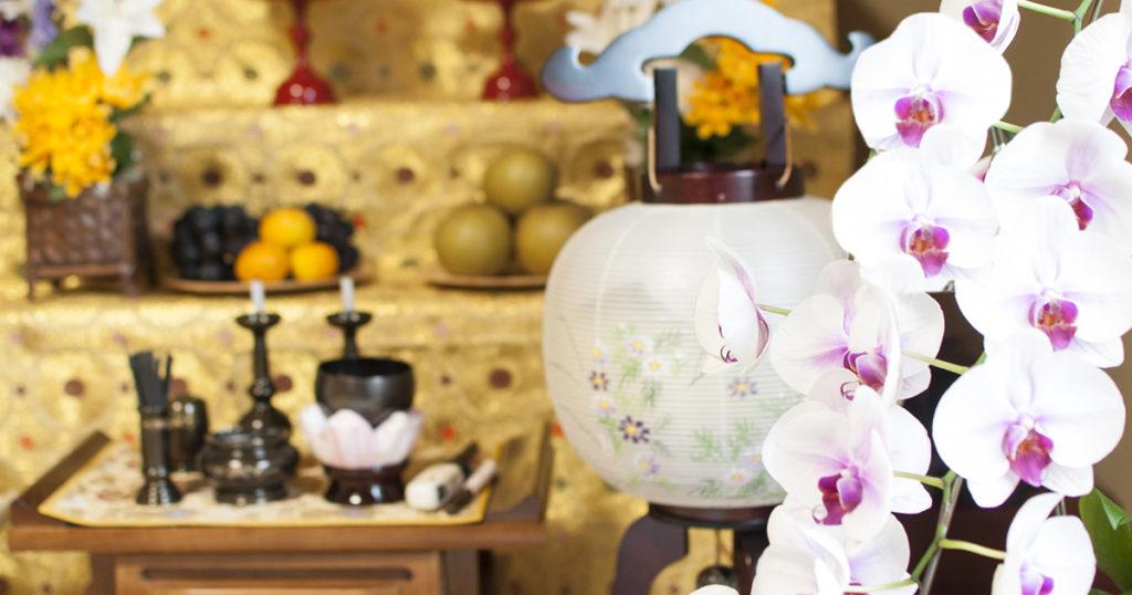 精霊棚の飾り方は、まず仏壇の前に真菰や敷物を敷きます。そして位牌を中央に安置し線香、ろうそく、花、提灯を飾ります。また、季節の果物、お供え物、精霊馬を置きます。