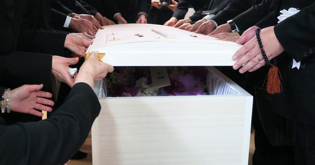 直葬は葬儀の種類のなかでも最もリーズナブルですがメリットデメリットがあります。メリットとしては費用、時間がかからないこと。デメリットとしては見送った実感がわかない、友人知人から苦情を言われる可能性がある、などが挙げられます。