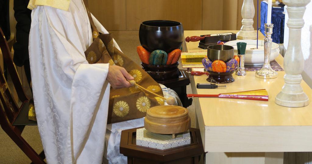 枕飾りが整ったら、菩提寺に連絡し、僧侶を呼んで遺体の傍で「枕経」を読んでもらいます。