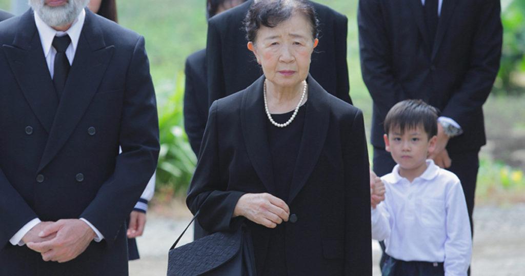 キリスト教の葬儀に参列するときの服装は、仏式と大きな違いはありません。喪服を着用するのが一般的です。
