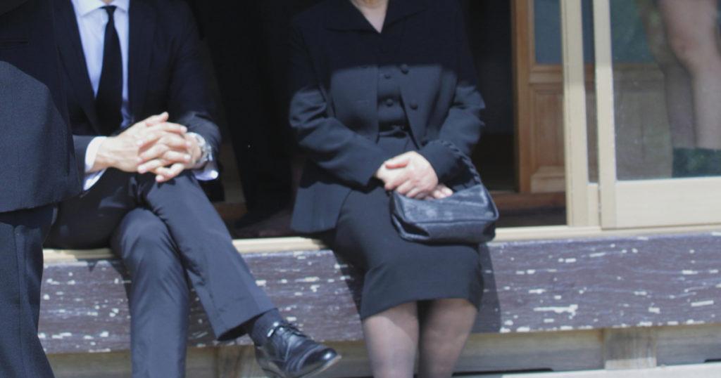 葬儀の際の喪服については、露出を抑えることを基準に選ぶと良いでしょう。スカート丈や襟元、袖の長さは長めのものを着用します。