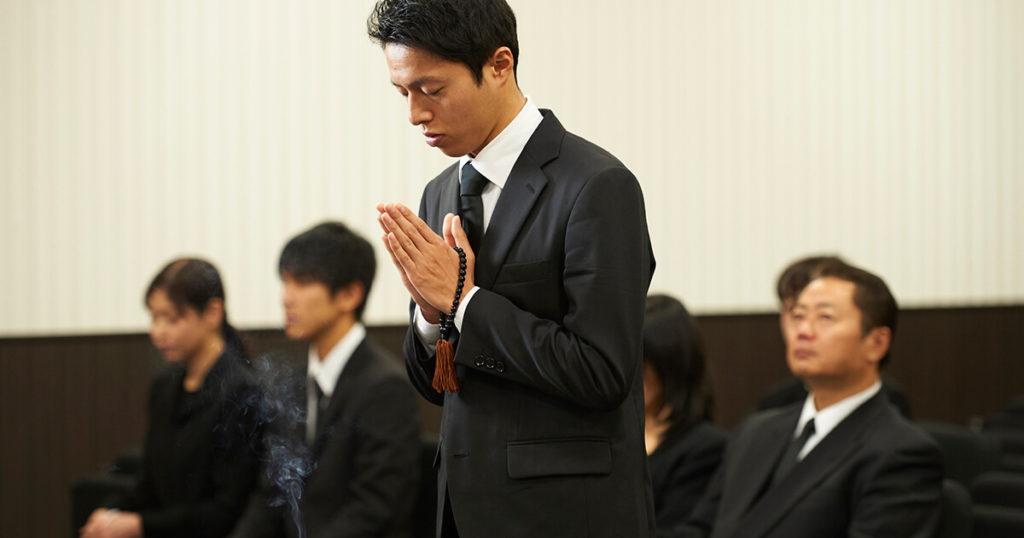 葬儀、告別式には男性はダークスーツを着用します