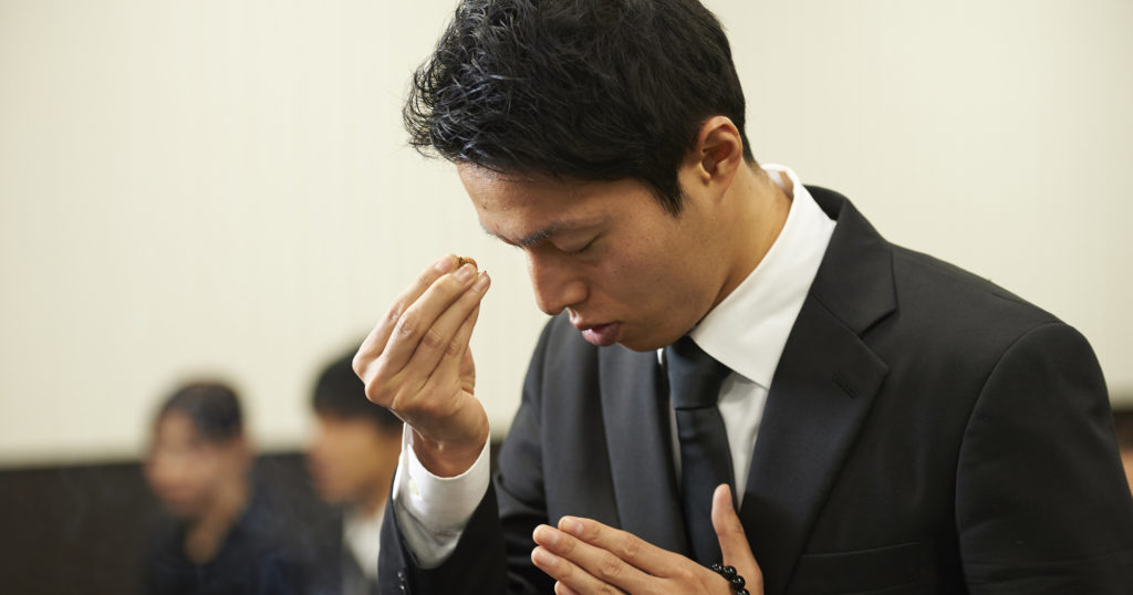 焼香の正しいやり方の解説。抹香を右手の親指、人差し指、中指の3本でつまむ