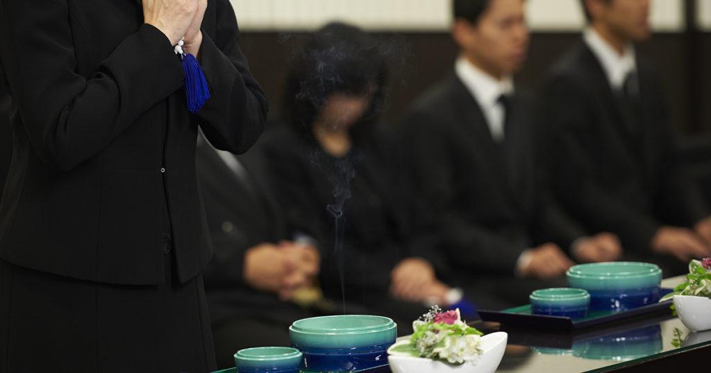 僧侶による読経のあと、参列者が焼香します。
