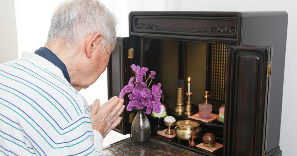 忌中は社会的な強制力が働いていたのに対し、喪に服するというのは自主的に生活を謹んで故人の冥福を祈るという意味があります。