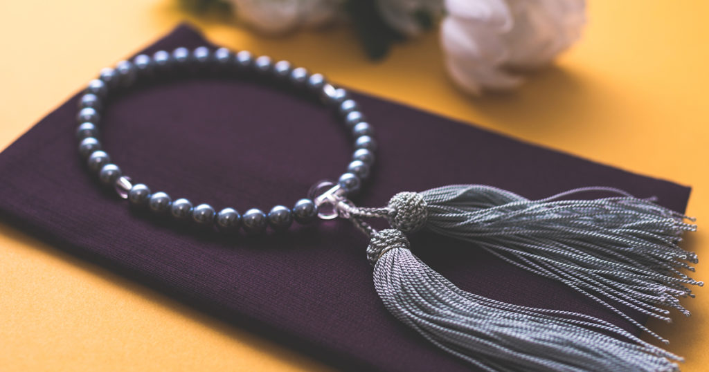 葬儀で持参する袱紗は、紫などの寒色系を選びます。