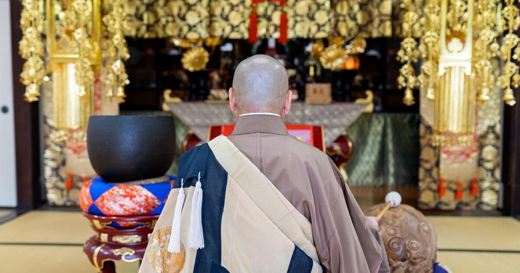 葬儀の日程を決める際には、僧侶の都合も確認しておきましょう。付き合いのある菩提寺がある場合には菩提寺に連絡します。葬儀の際には僧侶に読経をしてもらいます。