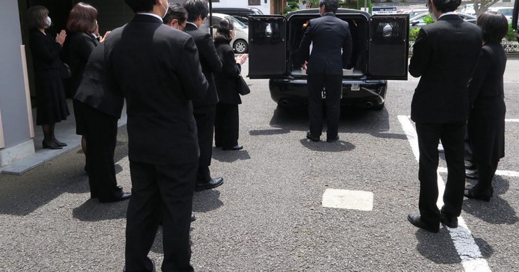 遺体の搬送は葬儀社、または搬送を専門に行う業者に依頼します。業務として遺体の搬送が行えるのは許可を受けた事業者だけです。