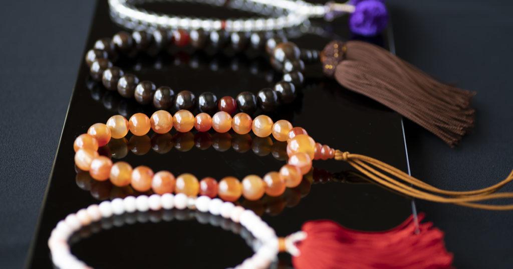 ぶつ式の葬儀であれば数珠を持参します。