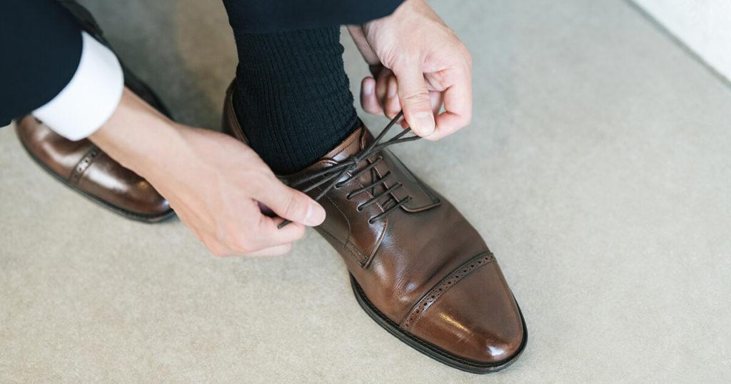 男性の靴のデザインは、ストレートチップで内羽根式のものが最もふさわしいです。