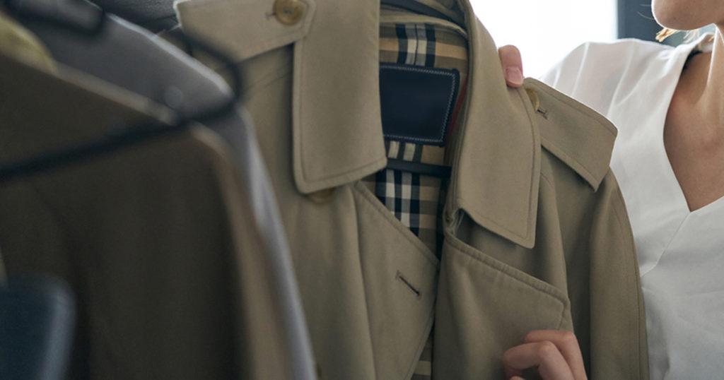 寒い時期の上着は、できるだけ落ち着いた色味のものを選びましょう。色は黒が望ましいですが、紺やグレーでもカジュアルじゃなければ大丈夫です。