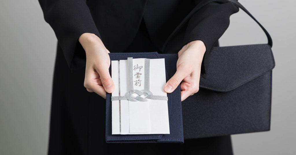 近年では家族のみで行う葬儀も増えています。そのため、まず葬儀に参列可能かどうか確認しましょう。