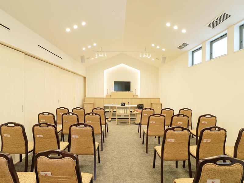 セレモニーハウス尼崎西難波(兵庫県尼崎市)の葬儀式場の内観写真。家族葬専用の葬儀式場